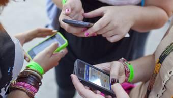 Jugendliche mit Smartphones (Symbolbild)
