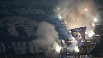 FCZ-Fans zünden vor einem Spiel Pyros. (Archivbild)