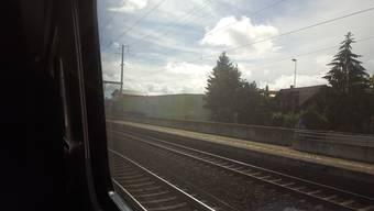 Der Intercity bleibt im Bahnhof Rothrist stehen.