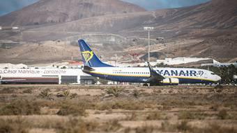 Ein Flugzeug der irischen Billigairline Ryanair am Flughafen auf der spanischen Insel Lanzarote. (Archivbild)