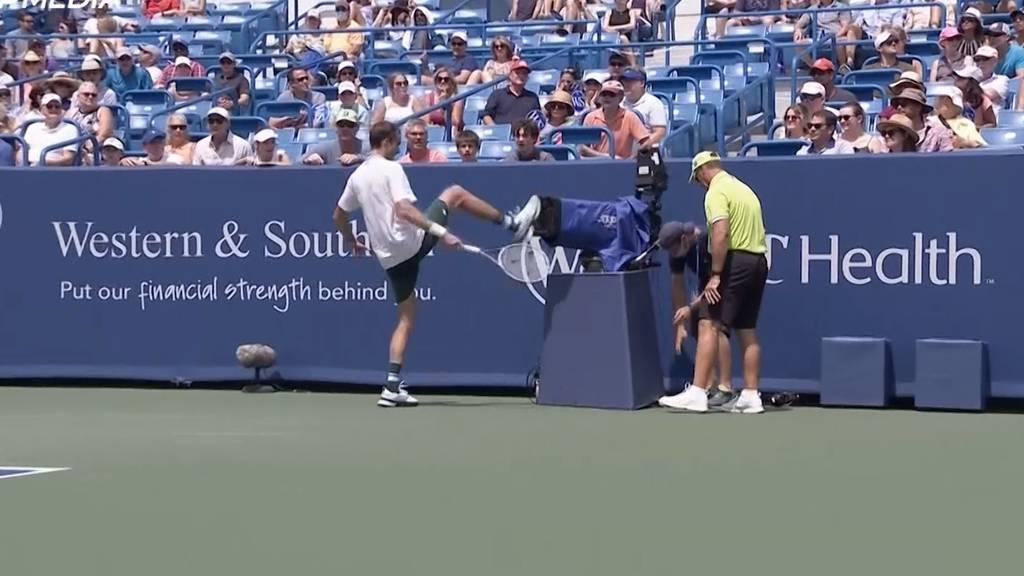 Nach Zusammenstoss mitten im Sprint: Tennis-Star Medwedew kickt in TV-Kamera