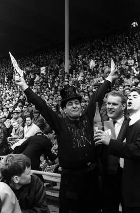 Die Fans des FC Sion bejubeln beim Cupfinal 1965 ihre Mannschaft.