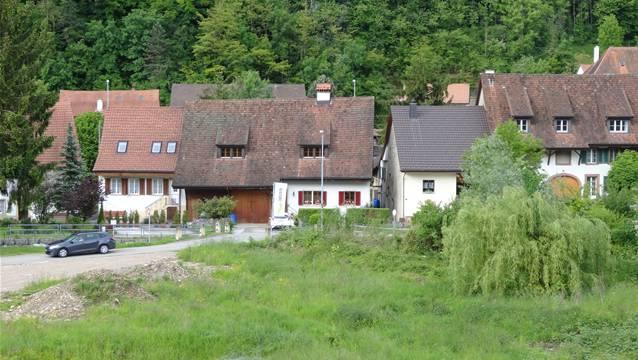 Die Häuser auf der Rückseite der Staffeleggstrasse in Ueken. – Foto: chr