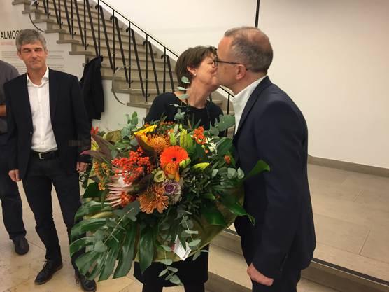 Stadtpräsidentin Jolanda Urech gratuliert ihrem Nachfolger Hanspeter Hilfiker (hinten Daniel Siegenthaler).