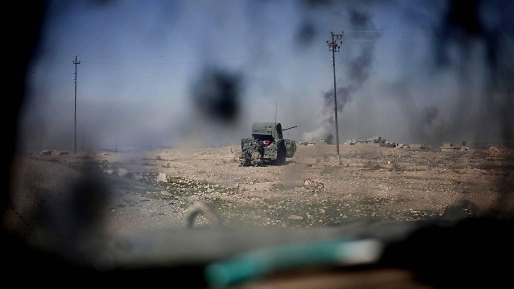 Kampfszene bei Mossul: Irakische Regierungstruppen arbeiten daran, die Stadt von der IS-Miliz zurückzuerobern. (Archivbild)