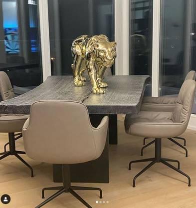 In seinem neuen Haus, das Kuzmanovic in den Ferien bezogen hat, darf natürlich auch ein goldener Leopard nicht fehlen.