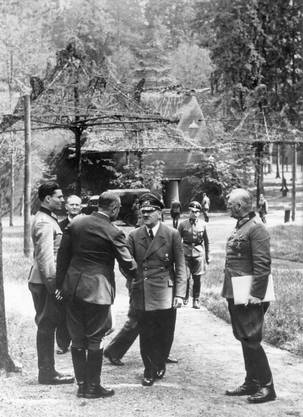 Führerhauptquartier, 15. Juli 1944 Während Hitler einen General begrüsst, steht Stauffenberg (links) dabei.
