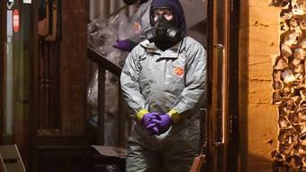 Forensiker untersuchen ein Pub im englischen Salisbury auf Spuren von Nervengift. (Archivbild)