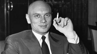 Yul Brynner 1958 an einer Pressekonferenz in Paris. Er war Kettenraucher und starb 1985 an Lungenkrebs.