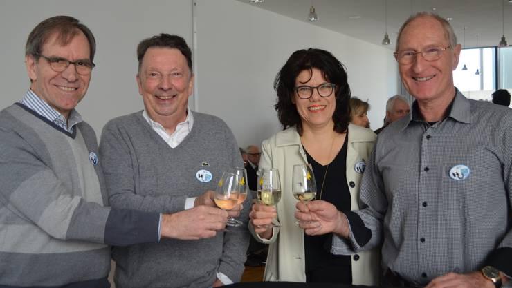 Sie stossen gemeinsam an (v.li.) Bruggs Vize-Ammann Leo Geissmann, alt-Gemeinderat Valentin Trentin Schinznach-Bad, Stadtammann Barbara Horlacher und alt-Vize-Ammann Jürg Meyer Schinznach-Bad.