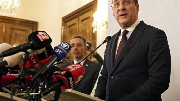 FPÖ-Chef und Vizekanzler Heinz-Christian Strache zieht die Konsequenzen aus der Video-Affäre. Er hat seinen Rücktritt von allen Ämtern angeboten.