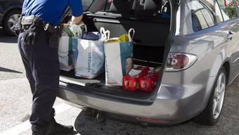 Ein Schweizer Zöllner kontrolliert Einkäufe (Symbolbild)