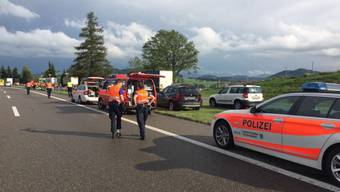 Auf der Autobahn A1 bei Gossau SG ist ein Fussgänger von einem Auto erfasst und tödlich verletzt worden.