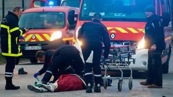 22 Männer wurden verletzt, mehrere durch Pistolenkugeln. Vier Personen liegen mit lebensgefährlichen Verletzungen im Spital.