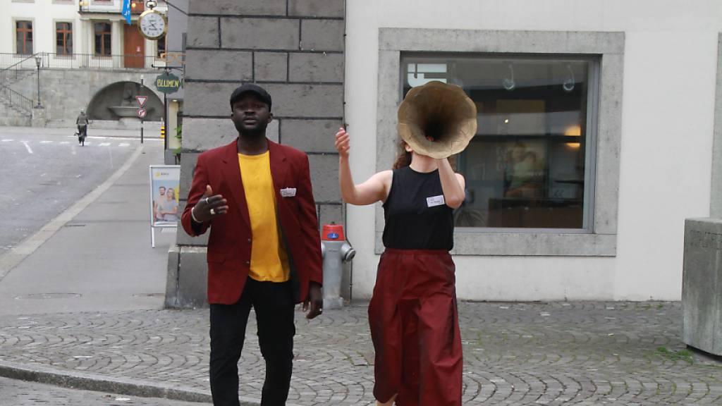Die Schauspielerin Vivianne Mösli und der Schauspieler Ouelgo Téné treten im Aargau als «Amt für Poesie» auf.