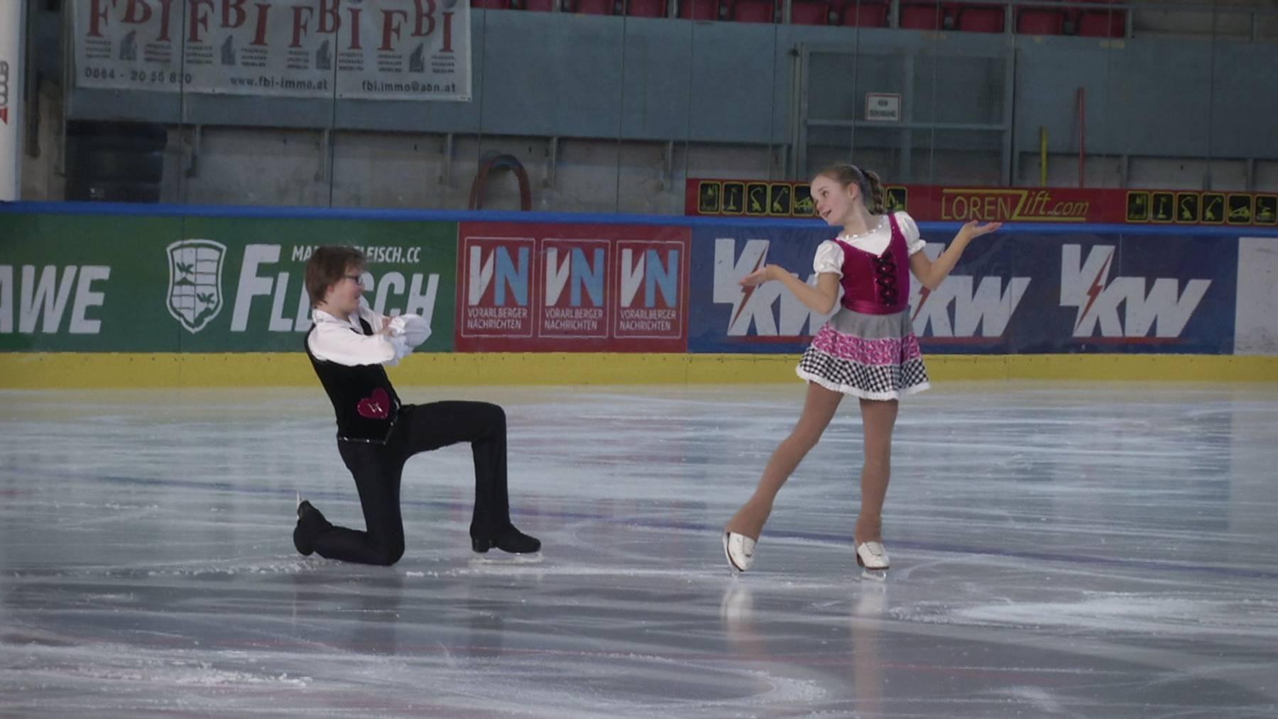 Timon Suhner und Lorena Kohler macht der Eistanz sichtlich Spass und sie haben Erfolg.