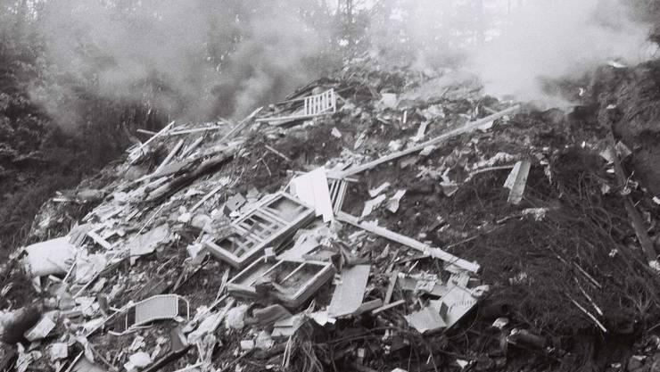 Qualmende Kehrichtdeponie am Rande eines Dorfes: in den Fünfziger- und Sechzigerjahren ein alltägliches Bild. (az/Archiv)