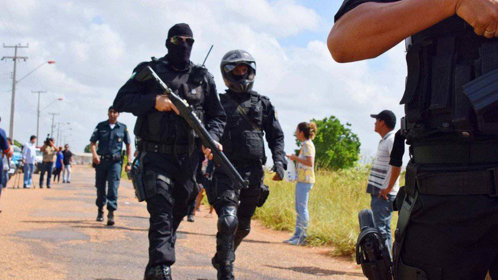 Polizisten vor der Haftanstalt in Boa Vista: Erneut kam es in einem brasilianischen Gefängnis zu einer Revolte. Die Behörden gewannen nach wenigen Stunden die Kontrolle wieder. Mindestens 31 Häftlinge starben bei der Revolte.