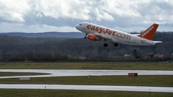 Eine Easyjet-Maschine startet auf dem Euro-Airport.