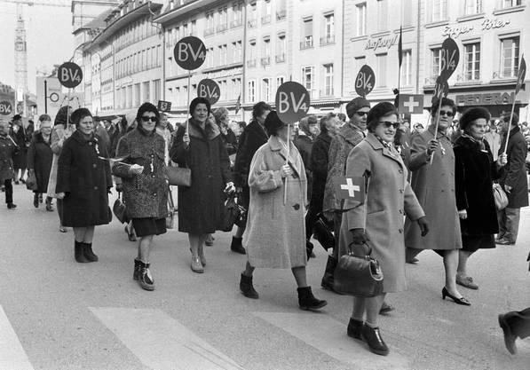 Die Frauen halten den Gleichstellungsartikel 4 der Bundesverfassung (BV4) hoch. In der vordersten Reihe in der Mitte ist Emilie Lieberherr zu erkennen.