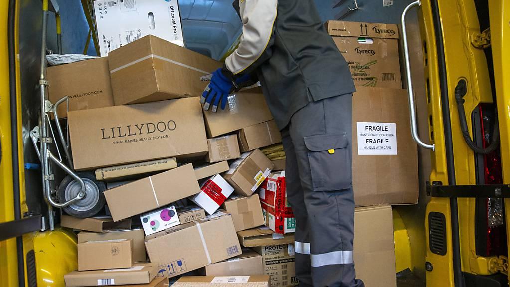 Die Pöstler fahren derzeit täglich bis zu 400 zusätzliche Zustelltouren mit rund 300 extra hierfür gemieteten Lieferwagen. (Archivbild)