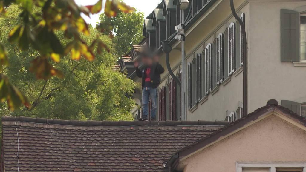 Nach Messerstecherei: Mann verschanzt sich auf Dach