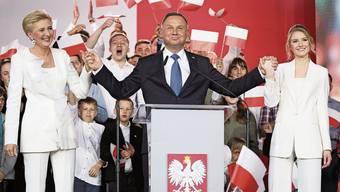Im Siegesrausch mit Ehefrau (l) und Tochter: Andrzej Duda lässt sich nach gewonnener Präsidentschaftswahl in Polen feiern.