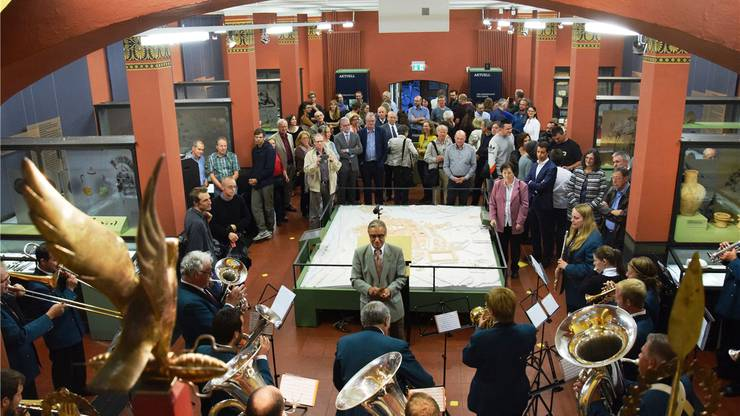 Viele Gäste wohnen der mit Musik umrahmten Vernissage im Vindonissa-Museum bei.