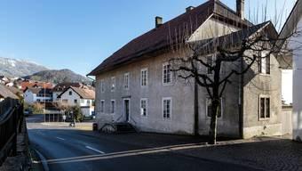 Das alte Schulhaus (rechts) im Dorfzentrum ist in die Jahre gekommen und soll nun saniert werden.