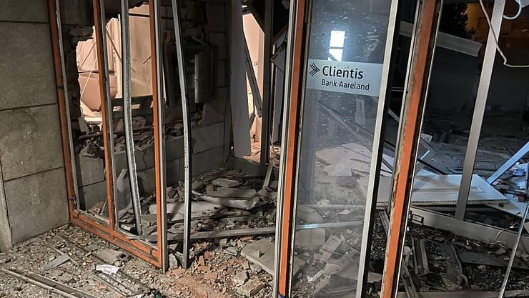 Die unbekannten Täter richteten an der Bank grossen Sachschaden an.