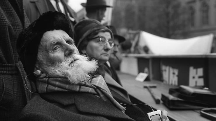 Als 90-Jähriger sass Ernst Laur am 17. November 1961 an einer Grossdemonstration in Bern auf der Ehrentribüne. Die Bauern protestierten gegen fallende Lebensmittelpreise, die Demonstration eskalierte.