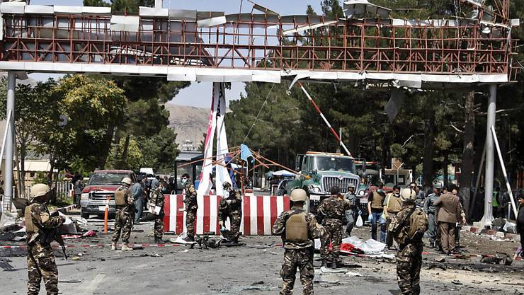 Ein Bild der Zerstörung: Afghanische Sicherheitskräfte inspizieren den Flughafeneingang von Kabul, wo sich ein Attentäter kurz zuvor in die Luft gesprengt hat.