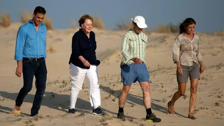 Spaniens Premier Pedro Sánchez und Angela Merkel spazieren mit ihren Ehepartnern durch den südspanischen Doñana-Nationalpark. Keystone