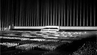 1936 inszenierte Hitlers Architekt Albert Speer in Nürnberg den Lichtdom. Die Manipulation der Masse mittels Licht gelangte zur Perfektion.