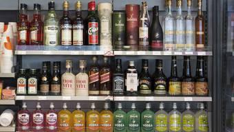 Mehrere Diebe bedienten sich im Laden an den alkoholischen Getränken. (Symbolbild)