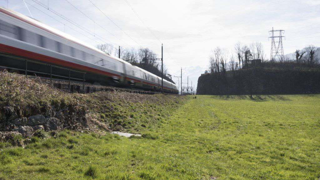 Ein von Alstom gebauter Neigezug des Modells ETR 610 durchfährt den Kanton Schwyz. (Archiv)