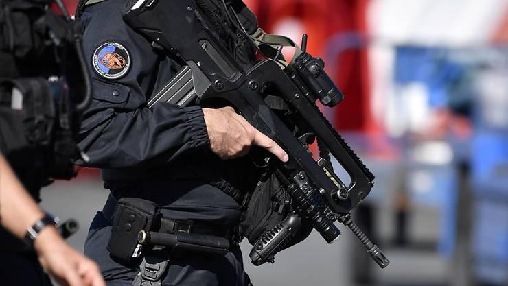 Französische Sicherheitskräfte nahmen den unter Terrorverdacht stehenden Diplomaten diesen Sommer in Gewahrsam. (Symbolbild)