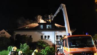 Am Samstagabend stand der Dachstock dieses Hauses in Flammen. Die Feuerwehr konnte den Brand löschen, doch das Haus ist aktuell nicht bewohnbar.
