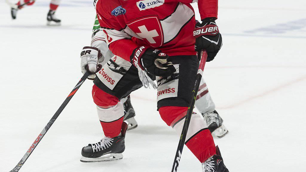 Der Schweizer Torschütze Vincent Praplan kontrolliert die Scheibe.