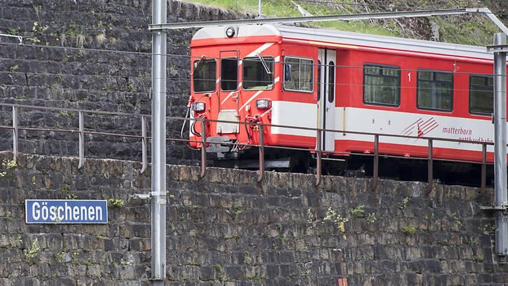 Ein Personenzug der Matterhorn-Gotthard-Bahn beim Bahnhof in Göschenen im Kanton Uri. (Archivbild)