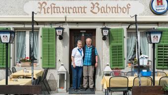 Walter Lüscher mit Ehefrau Anni Lüscher vor dem Restaurant Bahnhof, «Schnägg» genannt, in Muhen.