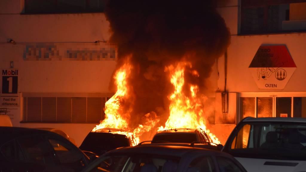 Zwei Personenwagen ausgebrannt - Polizei sucht Zeugen