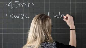 Lehrer gehören zum Staatspersonal. Sie erhalten damit eine Lohnerhöhung. (Archiv)