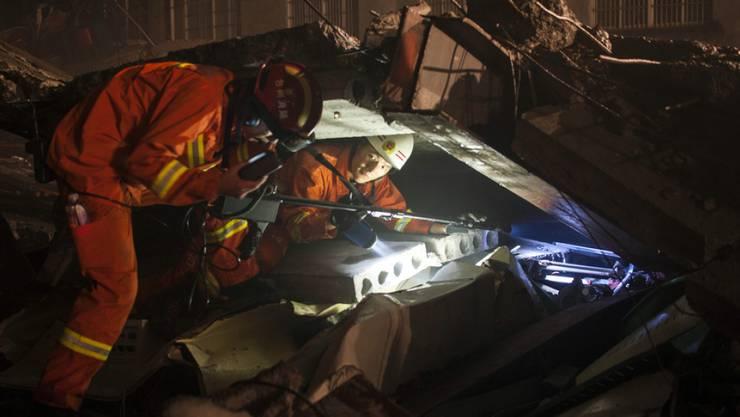 Rettungskräfte suchen nach dem Fabrikeinsturz in der Stadt Wenling in der Provinz Zhejiang nach Überlebenden