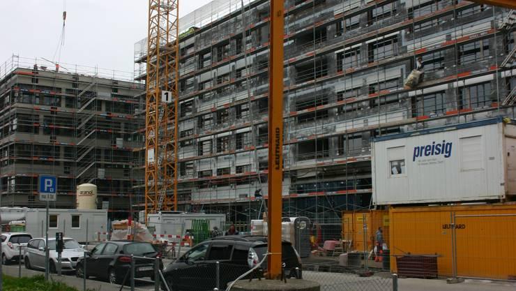 Blick von der Neuen Fossertstrasse auf die beiden SBB-Gebäude beim Bahnhof Schlieren. Nur bis hierhin soll die verkürzte Begegnungszone gehen.