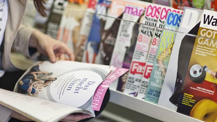 Zeitschriften kosten in der Schweiz im Schnitt rund 50 Prozent mehr als im Nachbarland Deutschland. (Archivbild)
