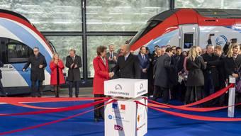 Bundesrätin Simonetta Sommaruga, links, mit Frankreichs Botschafter Frederic Journes bei der feierlichen Eröffnung des «Léman Express» am Donnerstag am neuen Genfer Bahnhof Eaux-Vives.