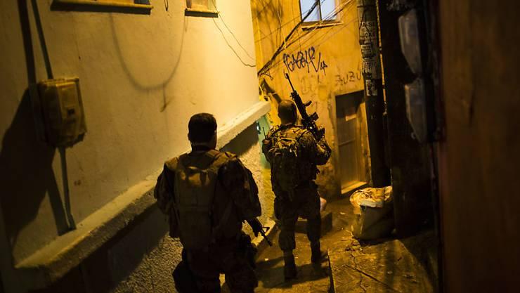 Polizeieinsatz in einem Slum in Rio de Janeiro: Eine Amnesty-App soll dokumentieren, wo es während den Olympischen Spielen zu Schiessereien kommt. (Archivbild)