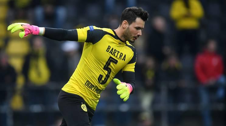 Solidarität für verletzten Mannschafts-Kameraden: Roman Bürki wärmt sich im Bartra-Trikot auf.