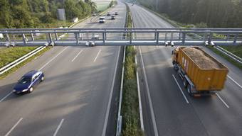 Ein Lastwagen passiert eine LSVA-Kontrollbrücke bei Ittigen im Kanton Bern (Archivbild).